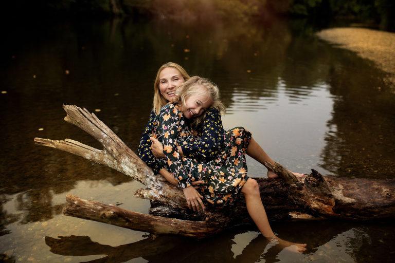Maminka a dcera v objetí