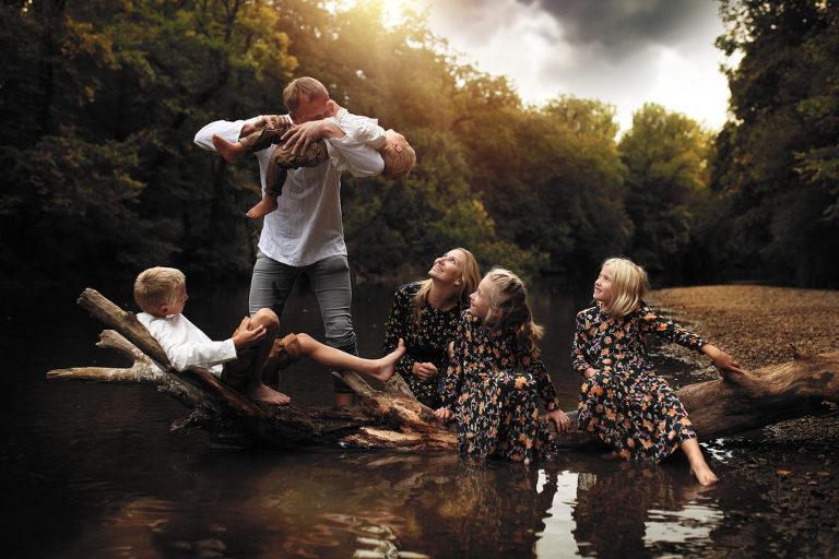 focení rodiny u řeky